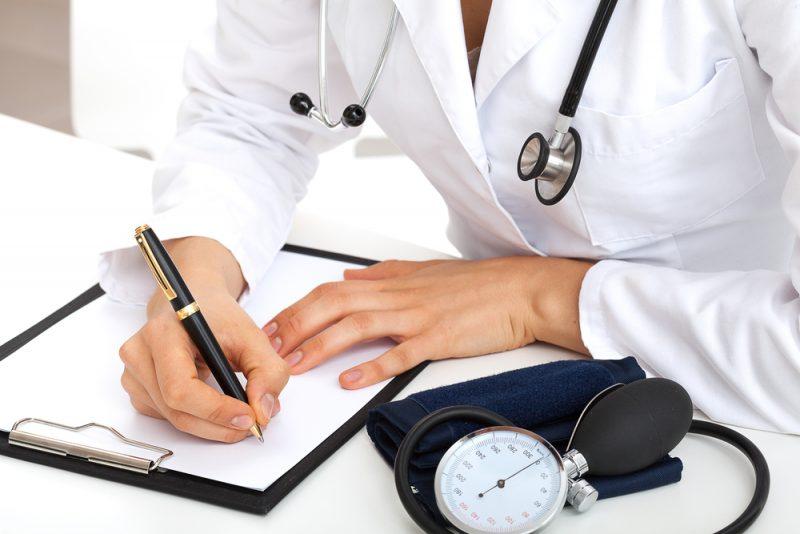 Médico o enfermero escribiendo en un papel